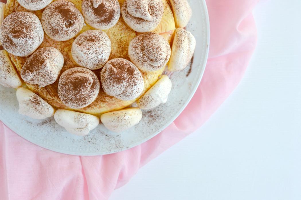 Rezept: Mango-Orangen-Eiscremetorte mit Kirschsirup und Baiser.